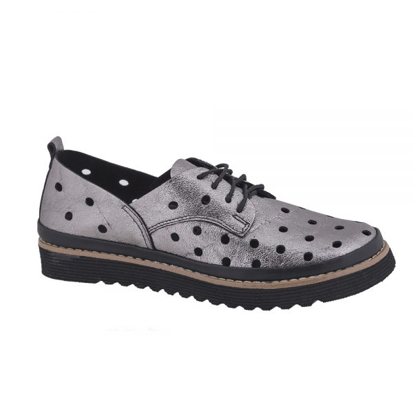 נעל סגורה עם חורים